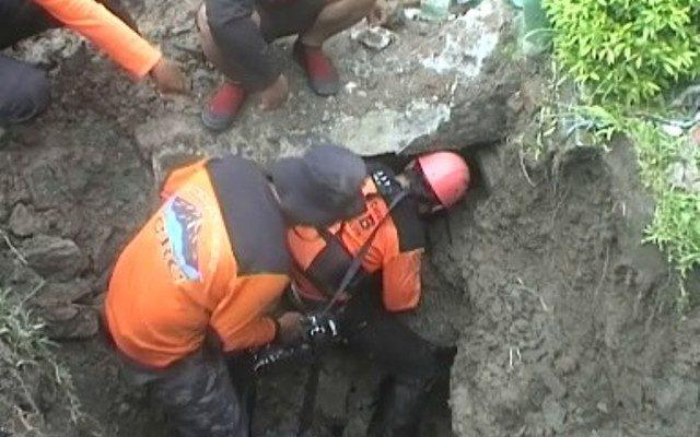 Tim SAR mencari satu pelajar yang belum ditemukan akibat terbawa arus dibawah gorong gorong di Magetan, Jawa Timur. (foto:bmb)