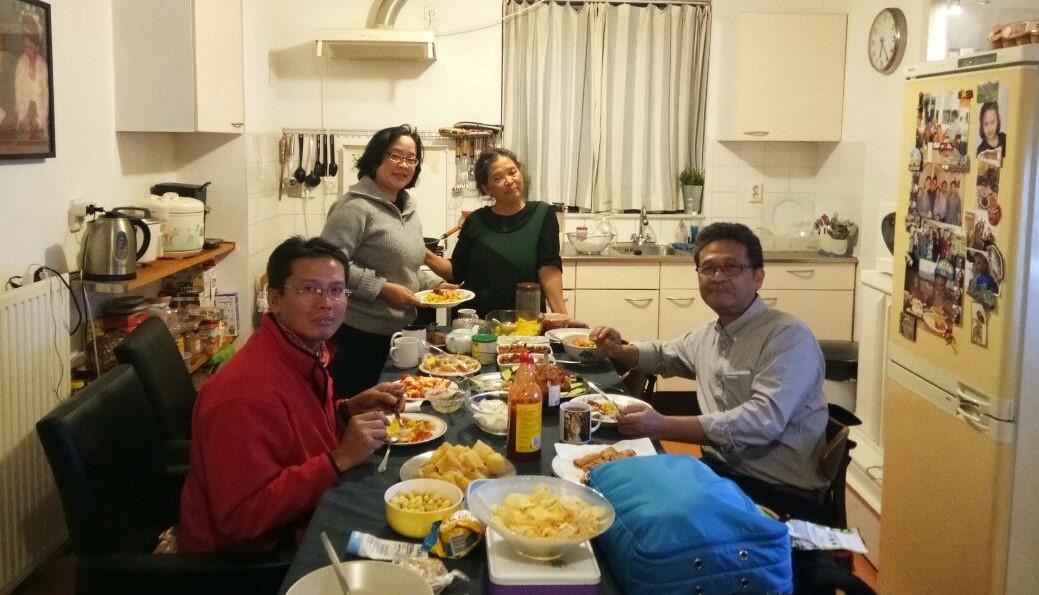 Dapur rumah Kang Agrar,menjadi suaka lidah melayu, berbagai masakan yang menggoyang lidah selalu ada. Saya, Ari, Wa Atik Sosiawaty dan Otto Sidharta masak dan makan bersama.