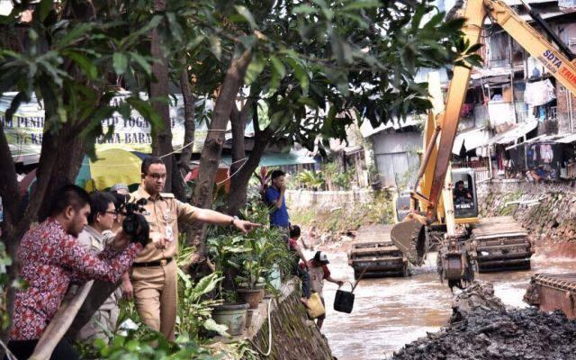Gubernur DKI Jakarta, Anies Baswedan sidak ke lokasi pengerukan kali Krukut, Jakarta Selatan, Selasa siang (14/10).(foto:ist)