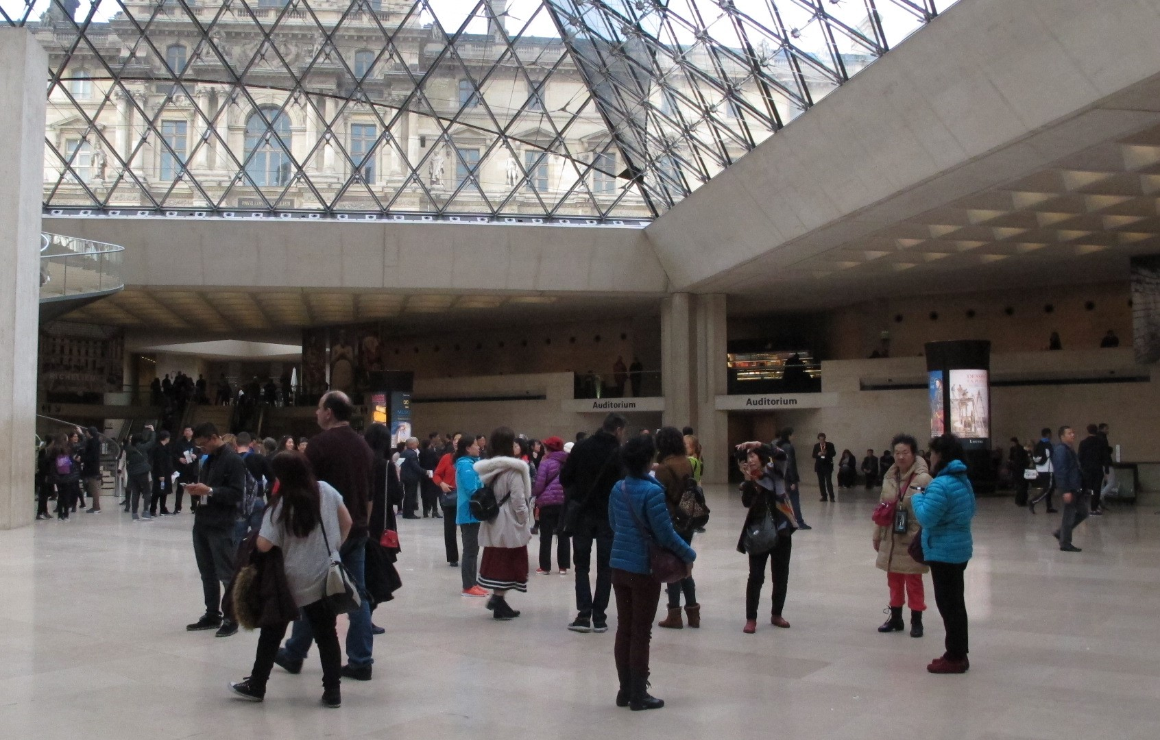 Antusias pengunjung yang tak pernah surut mengunjungi Louvre, menjadikan lokasi ini tempat berkumpul turis mancanegara.