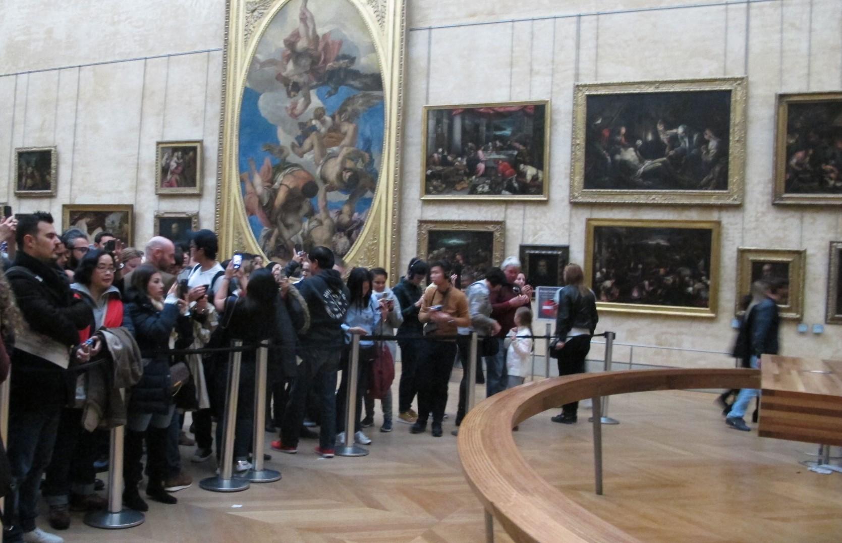 Tak banyak antrian turis yang hendak melihat langsung Monalisa, padahal biasanya antrian mengular dan berdesak-desakan.