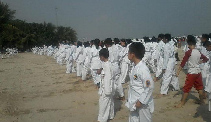 Ratusan Karate-do Wilayah Kota Bekasi saat melaksanakan Gashuku (latihan gabungan)  di Pantai Carnaval Ancol, Minggu (05/11).