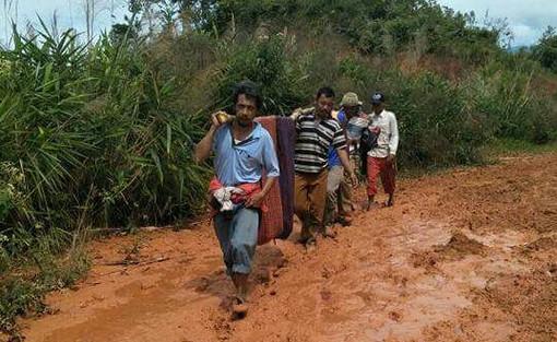 Warga mengevakuasi korban tanah longsor di Kabupaten Ogan Komering.