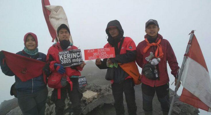 Para pendaki di puncak Gunung Kerinci.