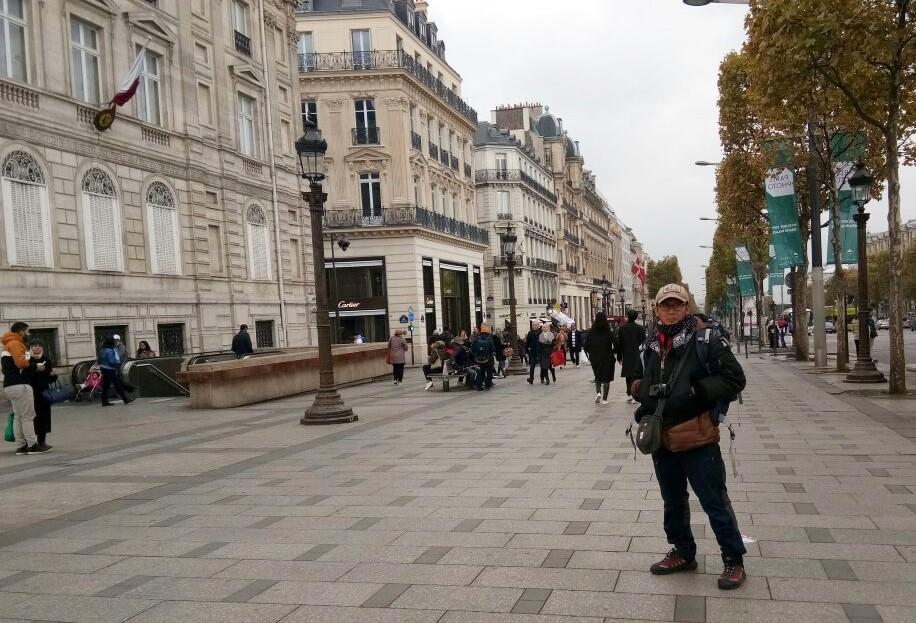 Trotoar di Champ Elysees,jalan paling terkenal di Paris.Tempat toko-toko bermerek dan mahal memajang etalasenya.