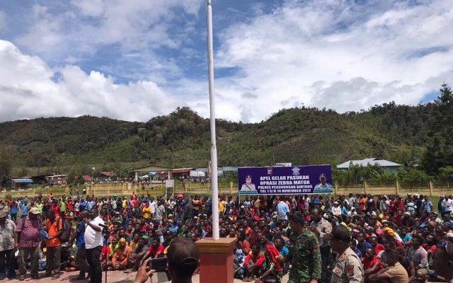 Ribuan Masyarakat Kab Pegunungan Bintang melakukan aksi demo di Polres Pegubin.( foto : riy)