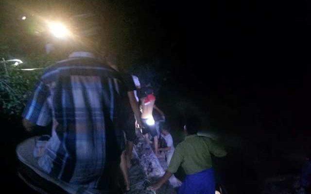 Warga mengevakuasi mayat korban yang hanyut di sungai (foto:fat)