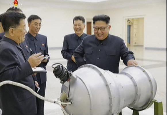 Pemimpin Korut Kim Jong Un dengan bom hidrogen/ ist