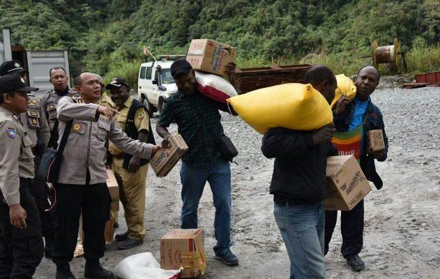 Aparat Kepolisian Membagikan Sembako Kepada Kepala Kampung Banti dan Kimberly Untuk dibawa Kepada 1300 warga yang Terisolasi Oleh Kelompok Kriminal Bersenjata. (foto :riy)