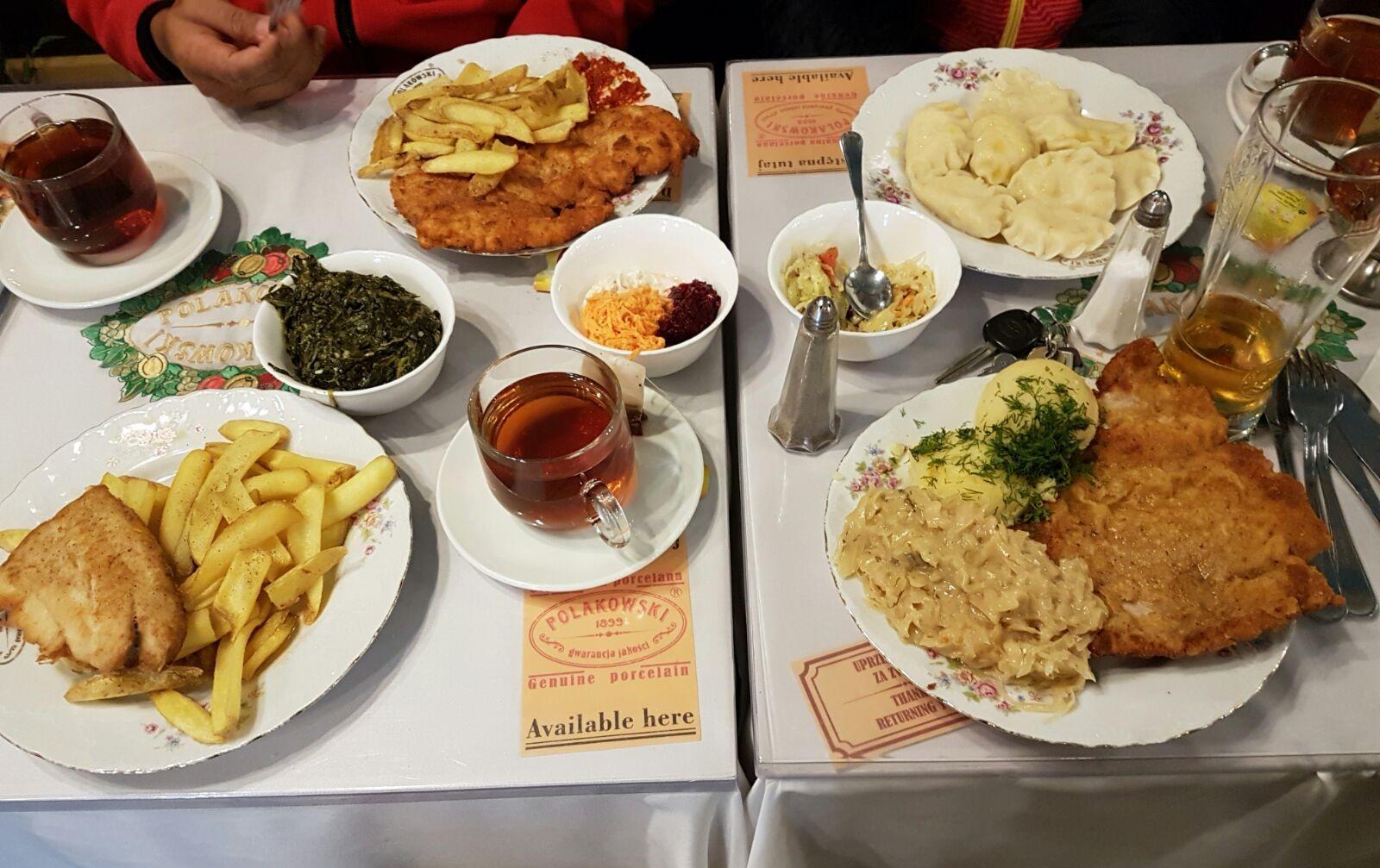 Menu makanan khas Polandia, fillet ikan goreng, kentang, sayur daun kare. Rasanya enak dan hampir diterima lidah melayu.