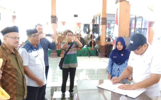 Bupati Situbondo,Dadang Wigiarto, Jumat (17/11) melakukan penandatanganan Memorandum of Understanding (MoU)  dengan pengurus Persatuan Penyandang Disalibitas Indonesia (PPDI) Situbondo (foto:fat)