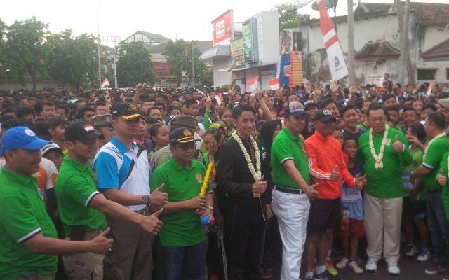 """Situbondo-Komite Olahraga Nasional Indonesia (KONI) Situbondo bersama Dinas Parawisata (Dispar) Pemkab Situbondo, Minggu (5/11) menggelar lomba lari lintas alam """"Trial Hill Run"""" 2017, dengan start dan finish di Alun-alun Kota Situbondo. (foto:fat)"""