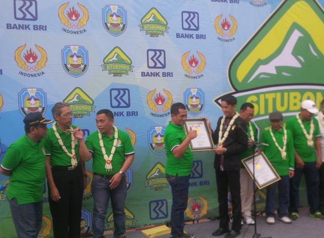 Wakil manajer Muri, saat menyerahkan piagam penghargaan rekor Muri.(foto:fat)