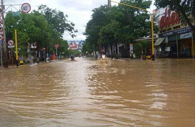Pasca banjir, air masih menggenangi salah satu jalan di kota Pacitan. (foto:hap)