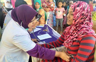Petugas medis tengah memeriksa kesehatan warga dalam pengobatan gratis di Kelurahan Kedungsupit,  Kecamatan Wonomerto,  Kota Probolinggo Jawa Timur. (foto: dic)