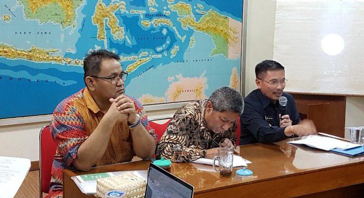 Direktur Jenderal Strategi Pertahanan (Strahan) Kementerian Pertahanan Yoedhi Swastanto (kanan baju hitam) berbicara dalam seminar bertema Membaca Strategi AS terhadap Korut dan Dampaknya terhadap Indonesia yang diselenggarakan Global Future Institute (GFI) di Wisma Dariya di Jakarta Selatan, Kamis pagi (9/11). Pembicara lain adalah Sekjen Perhimpunan Persahabatan Indonesia Korea Teguh Santosa, dan diskusi dipandu Direktur GFI Hendrajit.(foto:ist)