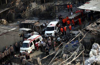 Petugas mengavakuasi korban di lokasi pabrik petasan yang meledak dan menewaskan puluhan karyawan. (foto: ist)