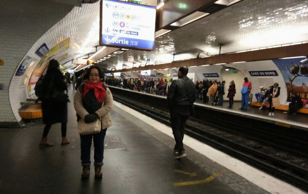 suasana di dalam terowongan kereta metro paris