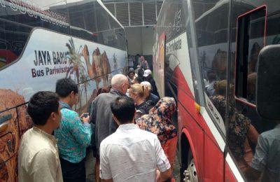 Wisatawan asing dipindahkan ke bis, setelah  jalur rel tidak bisa dilalui akibat terendam banjir (foto:abd)