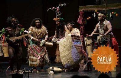 Para seniman tari tradisional dari Pegunungan Tengah Voice of Papua.  Sebelah kiri menggenakan koteka.  (foto:  Fery Latief )