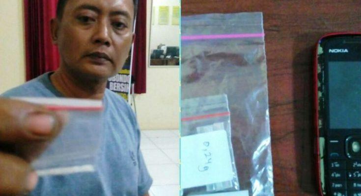 Petugas menunjukan barang bukti sabu dari tangan tersangka. (foto:fat)