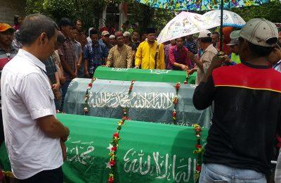Tiga jenazah saat akan dikebumikan di TPU di desa setempat, Rabu (27/12/2017) siang. (foto/abd)