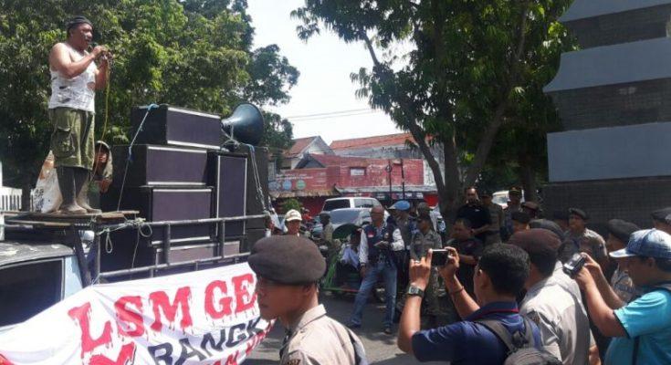 LSM Gempur mendatangi Kantor Pemkab Situbondo, yang dilanjutkan ke Mapolres, Kantor DPRD dan Kantor Kejaksaan Negeri Situbondo  tuntut selesaikan kasus korupsi di Situbondo (foto:fat)