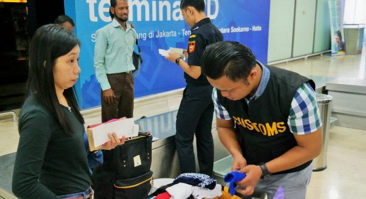 Petugas Bea dan Cukai memeriksa barang bawaaan penumpang yang  pulang dari luar negeri. (ist)