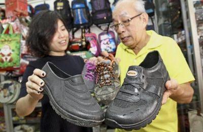 """Di Penang ada jenis sepatu yang dijual dan diklaim anti air, namanya """"Adidas kampung"""". Sepatu ini tahan banting, dan juga sangat murah/ Star Online"""