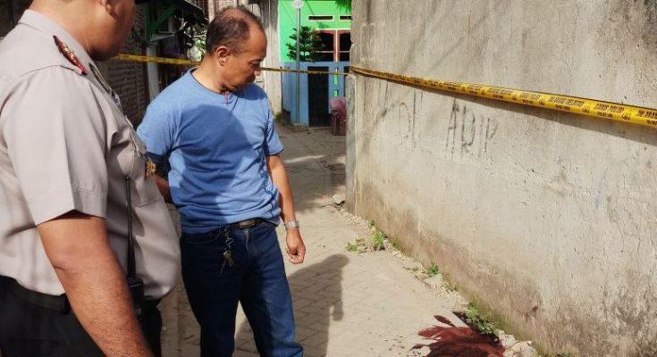 Polisi memeriksa Tempat Kejadian Perkara. (foto:sly)