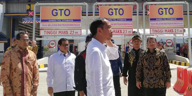 Presiden Joko Widodo (Jokowi) menuju gerbang tol Soreang, Kabupaten Bandung, Jawa Barat, guna meresmikan jalan Tol Soreang-Pasir Koja (Tol Soroja) Senin (4/12) siang/ Setkab RI