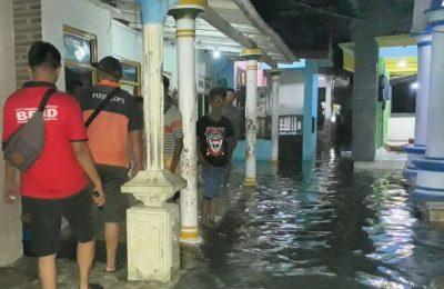 Banjir rob menggenangi pemukiman warga (foto:fat)
