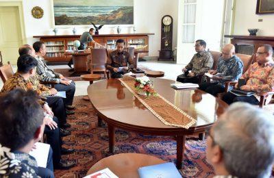 Pengurus Dewan Asuransi Indonesia dipimpin Ketua Umumnya Hendrisman Rahim, , menghadap Presiden Joko Widodo/ Setkab RI