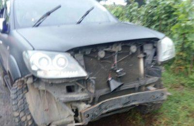 Mobil yang ditumpangi Wakapolres Malang mengalami rusak pada bagian depan. (foto:dif)