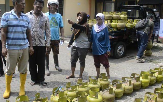 warga Kota Pekalongan kesulitan mendapatkan isi ulang tabung gas 3kg. Kelangkaan (foto:riz)