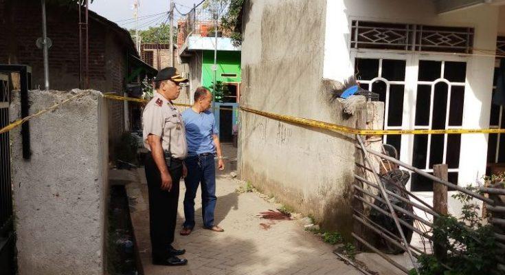 Polisi memeriksa lokasi tempat korban Kumang tewas di keroyok. (foto:sly)