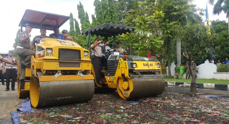 Proses pemusnahan barang bukti minuman keras di Tangerang.(foto: sly)