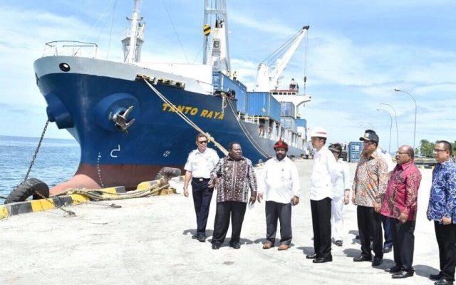 Presiden Jokowi Saat Meninjau pelabuhan Samabusa Merauke didampigi Gubernur Papua Lukas Enembe. ( foto : riy )