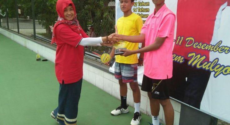 Muhammad Al Furqan (17), meraih medali emas pada nomor ganda dan medali perak di nomor tunggal, dalam kejuaraan nasional (Kejurnas) Tenis Yunior Bupati Cup Tahun 2017 (TDP). (foto:fat)