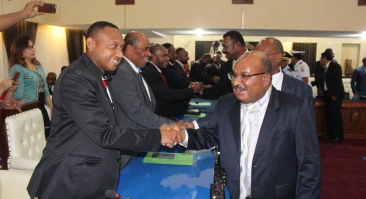 Gubernur Papua Lukas Enembe menyalami ketua Komisi V DPR Papua sesaat setelah membuka sidang APBD Papua. ( foto : riy )