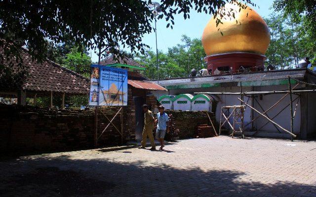 Suana di luar petilasan Syekh Maulana Ishaq, di Desa Kregenan, Kecamatan Kraksaan, Kabupaten Probolinggo Jawa Timur.(foto: dic)