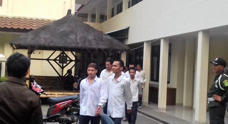 Empat terdakwa usai mengikuti sidang di PN epok. (foto:ltf/jan)