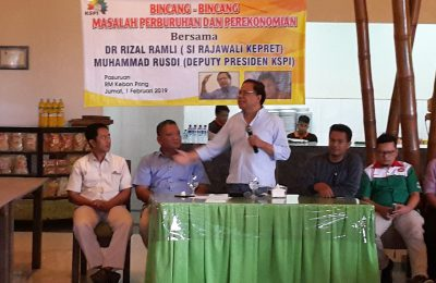 Rizal Ramli saat melakukan bincang-bincang dengan ratusan buruh yang ada di wilayah Kota dan Kabupaten Pasuruan, Jatim, Jumat (1/2/2019). (foto:abd)
