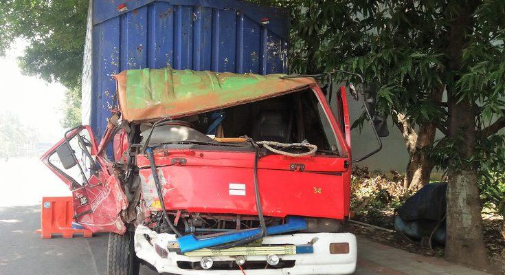 truk fuso bernopol W 9618 UB, mengalami rusak berat pada bagian depan. (foto:fat)