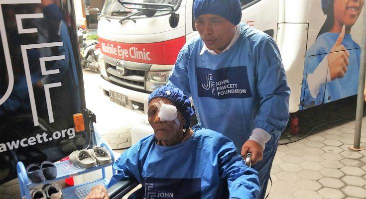 Wabup Yoyok Mulyadi, saat mendorong kursi roda salah seorang pasien Katarak. (foto:fat)