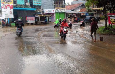 Jalan becek akibat tercecer tanah galian di salah satu ruas jalan di Depok. (ltf)