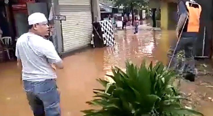 "Anngota DPRD Kota Depok Dari fraksi Golkar Haji Tajuddin Tabri ""HTJ"" saat meninjau lokasi banjir di kelurahan krukut. (foto:ist)"