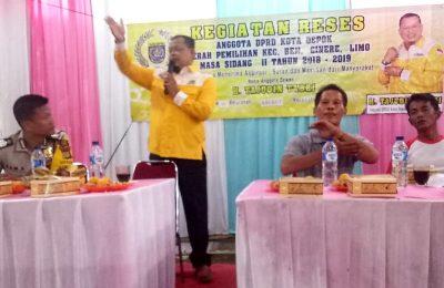 Anggota DPRD Kota Depok Haji Tajudin Tabri (HTJ) memberikan penjelasan dihadapan warga saat mengisi kegiatan Reses di Jl.Limin Kelurahan Krukut, Limo, kota Depok, Minggu, 03/2). (foto:han)