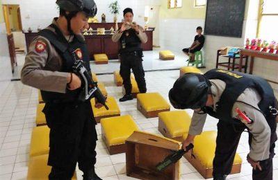 Anggota Polres Lumajang tengah melakukan sterilisasi di sebuah vihara jelang perayaan imlek. (foto:ist)