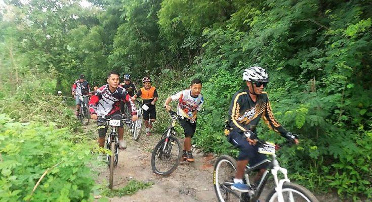 Ratusan bikers  40  club sepeda di Kabupaten Situbondo melakukan gowes bareng. (foto:fat)